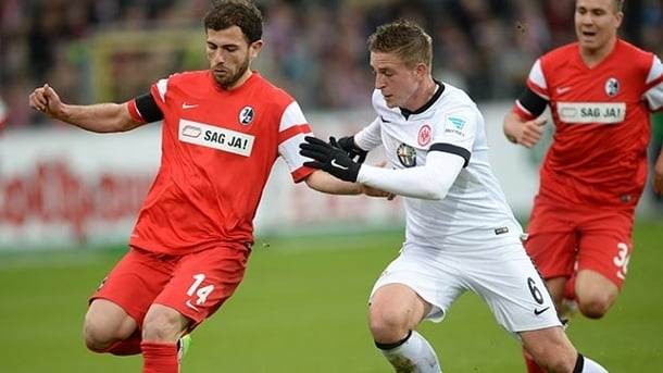 freiburgs admir mehmedi li spielt den ball vor frankfurts bastian oczipka